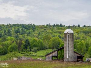 Oude boerderij met graansilo