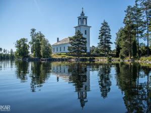Kerk in Zweden aan een meer
